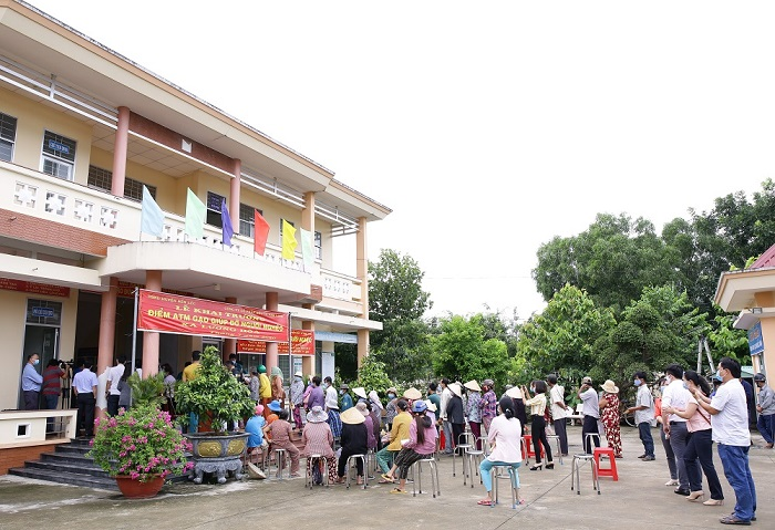 nam-long-group-sponsored-rice-atms-supporting-long-ans-residents-through-difficult-time (6)